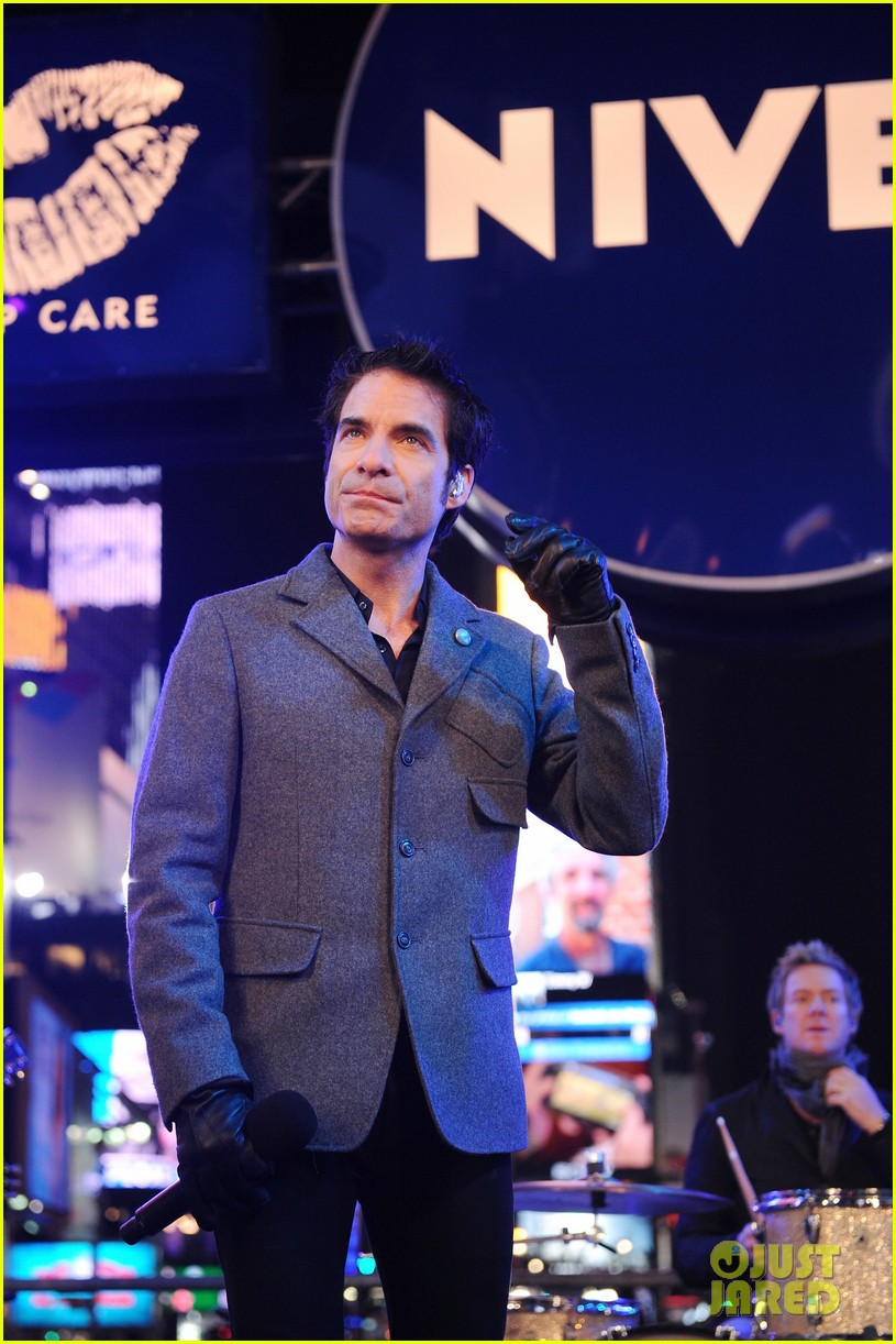 train new years eve performance in times square 04