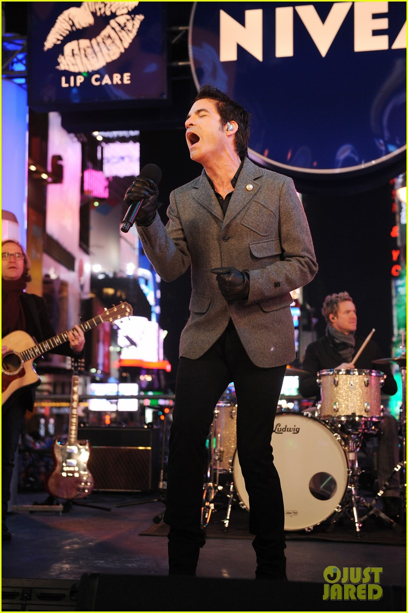 train new years eve performance in times square 05