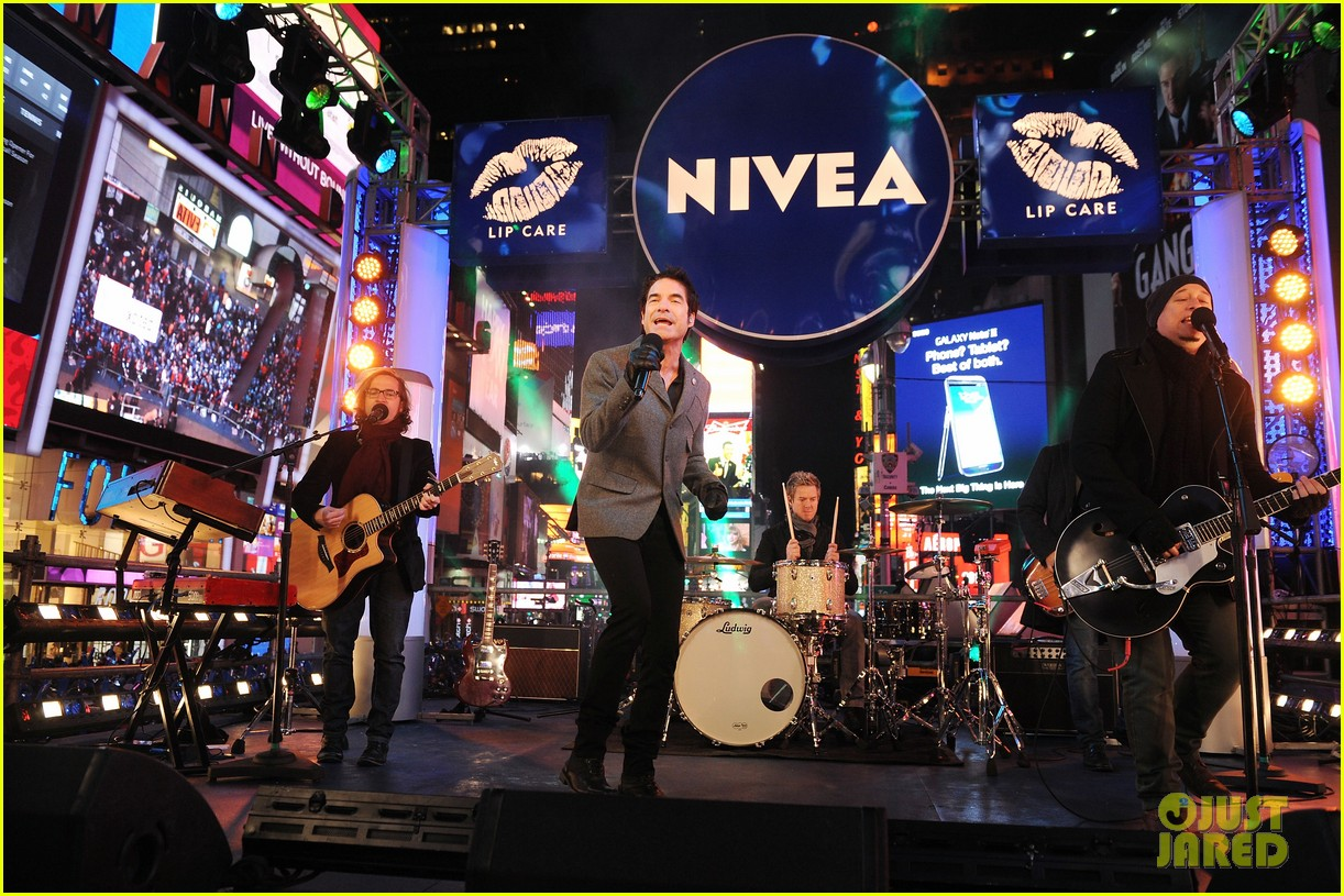 train new years eve performance in times square 19