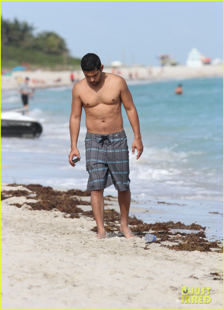 wilmer valderrama shirtless in miami beach 01