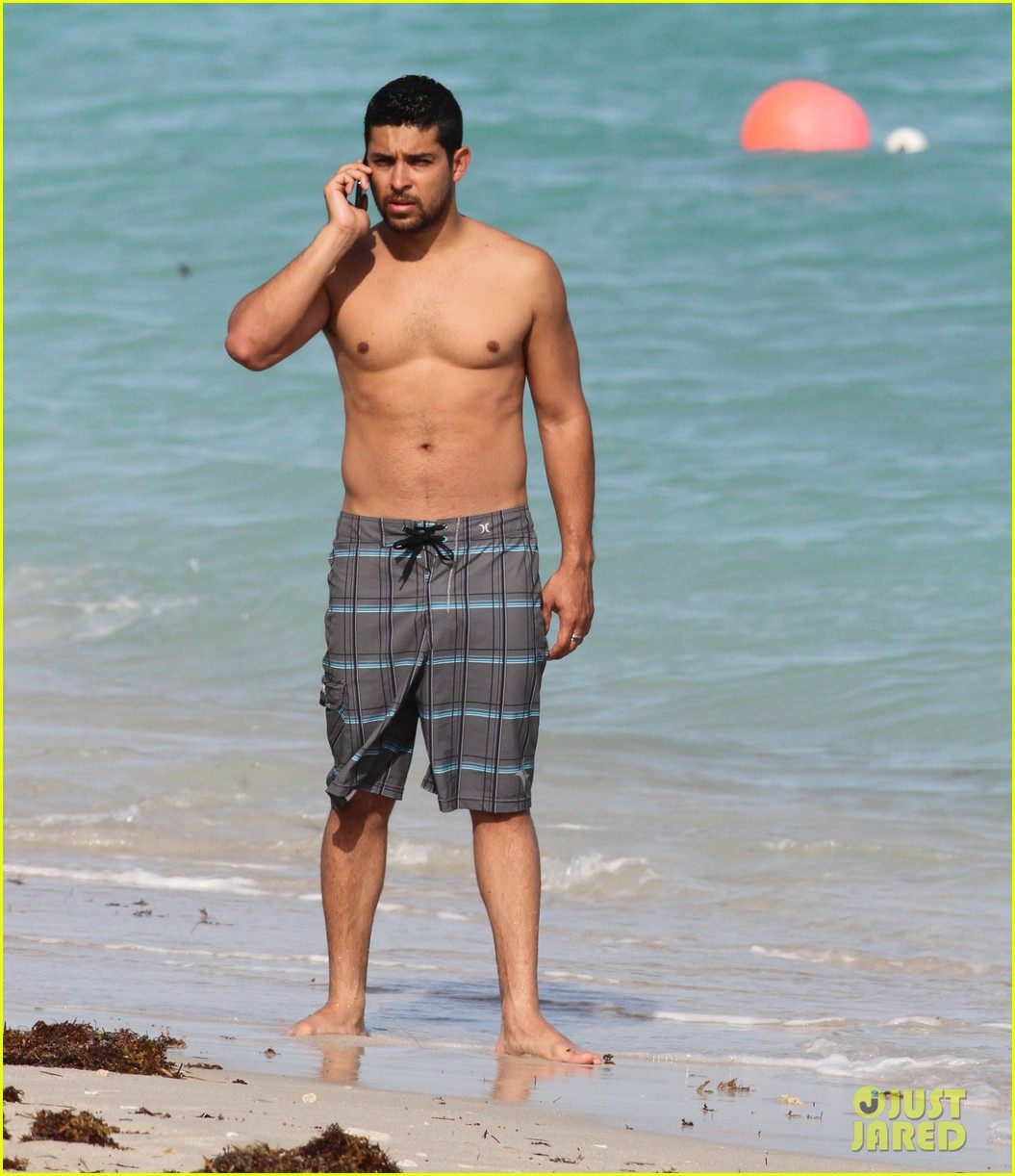 wilmer valderrama shirtless in miami beach 03