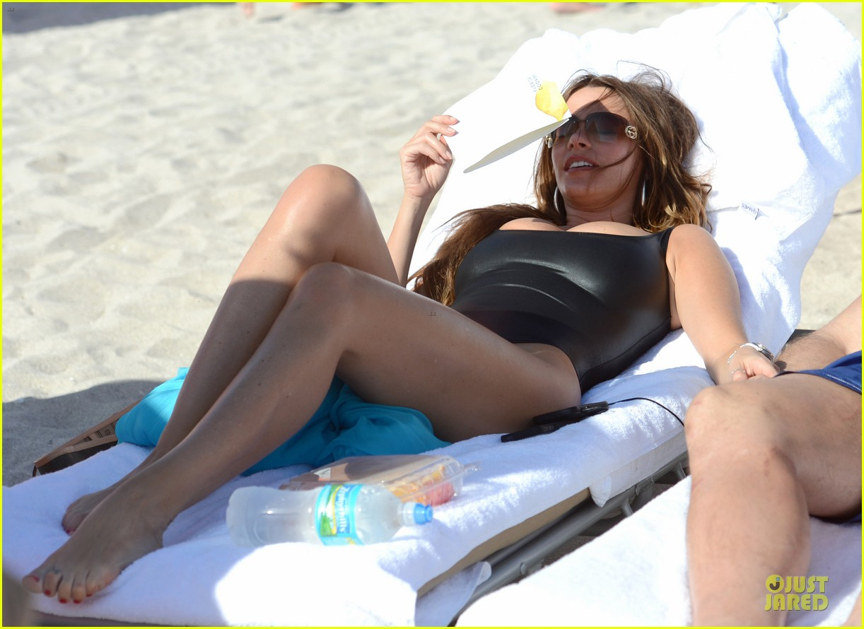 sofia vergara miami beach with shirtless nick loeb 05
