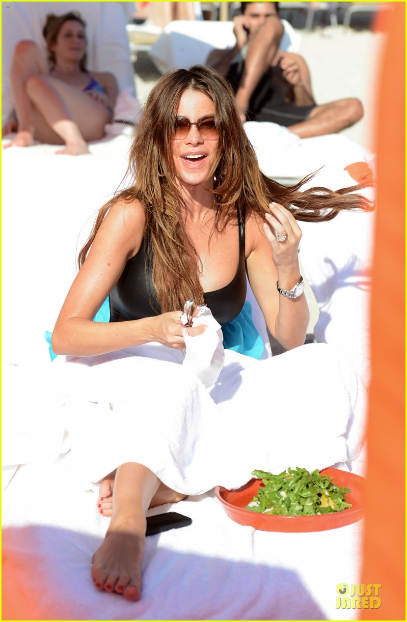 sofia vergara miami beach with shirtless nick loeb 16