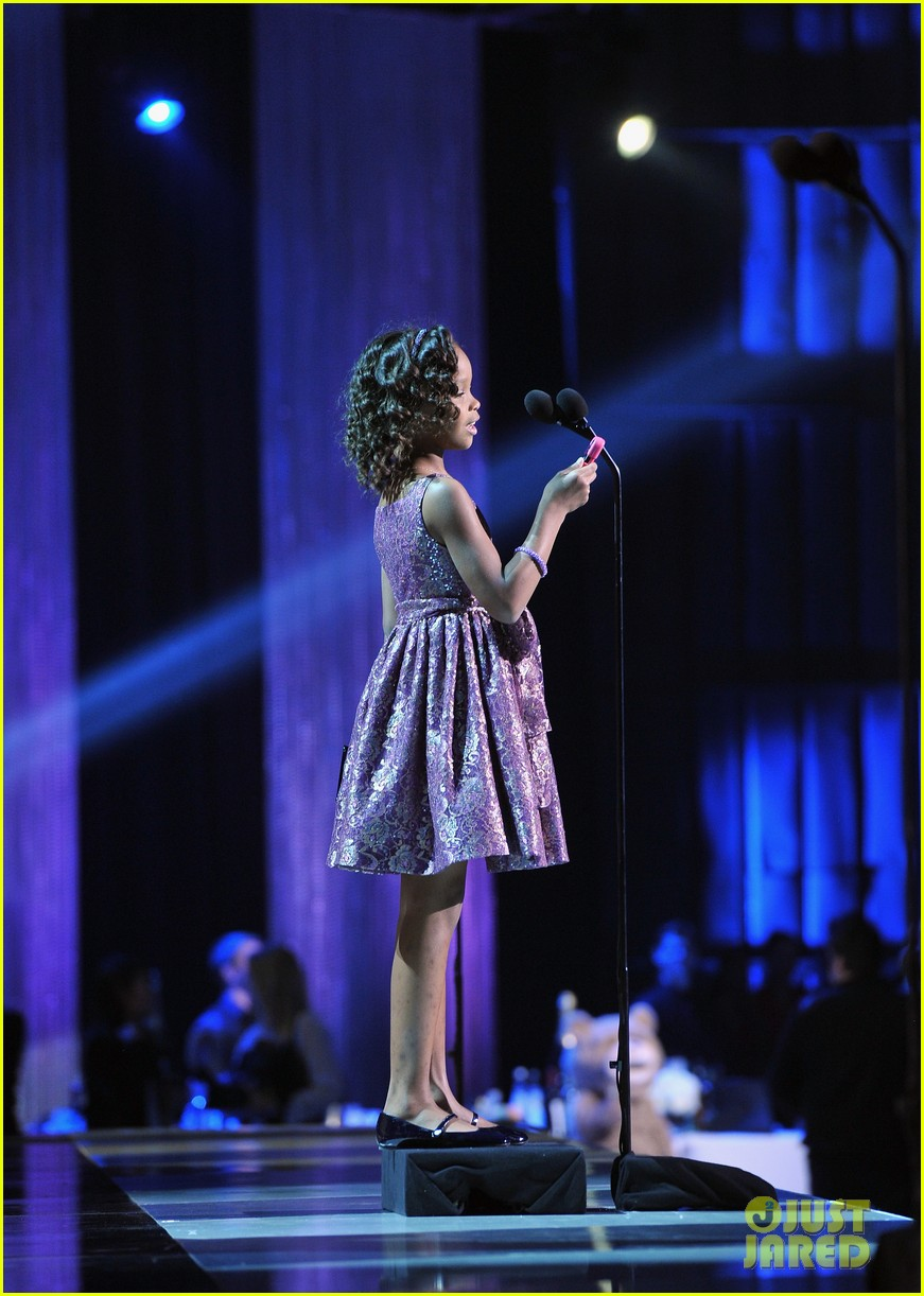 quvenzhane wallis accepts critics choice award with iphone speech 04