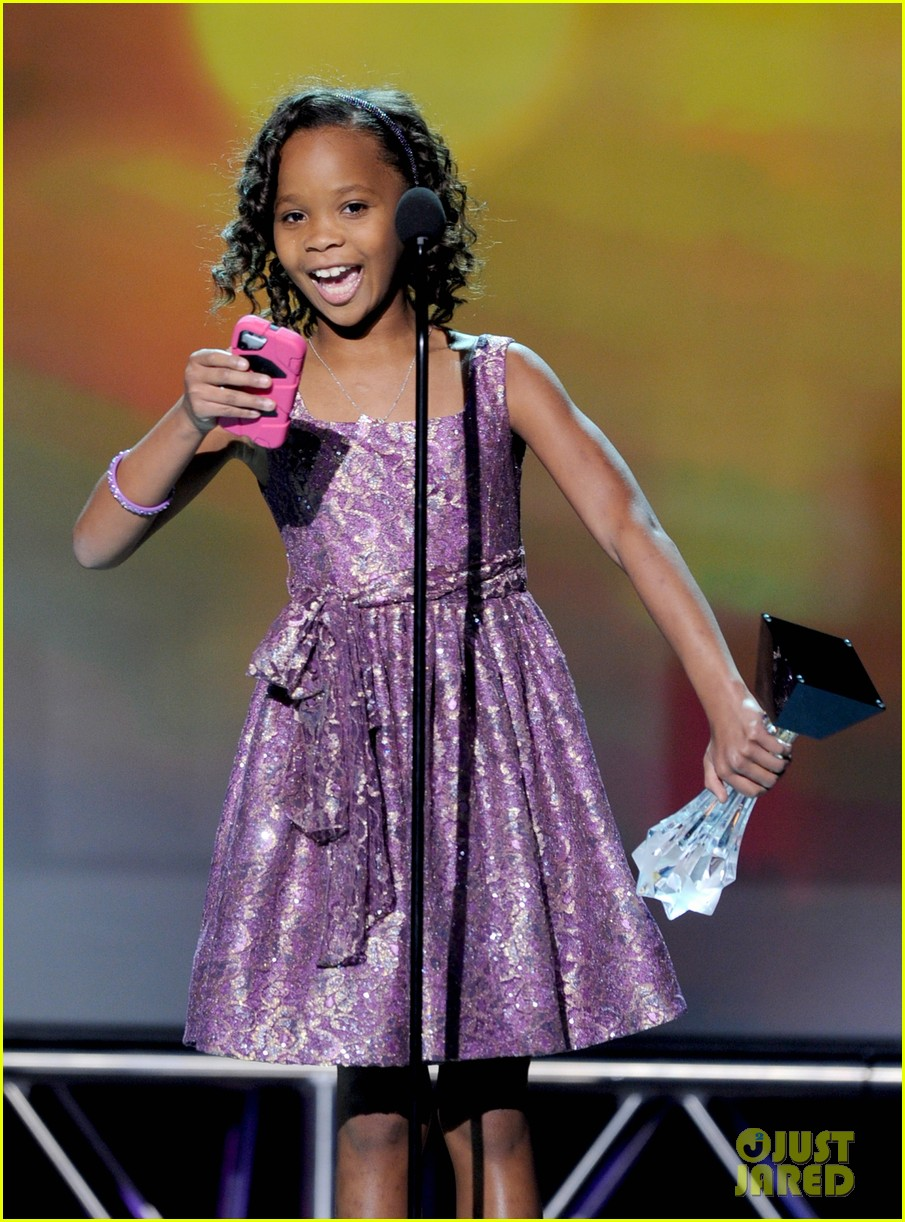 quvenzhane wallis accepts critics choice award with iphone speech 06