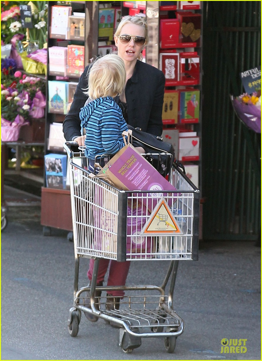 naomi watts grocery shopping with sasha 01