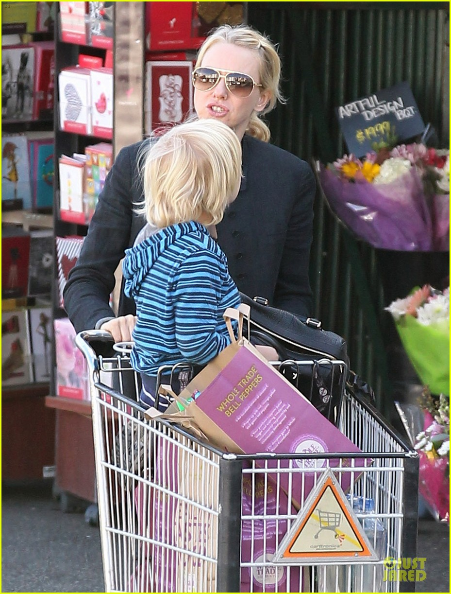 naomi watts grocery shopping with sasha 092800555