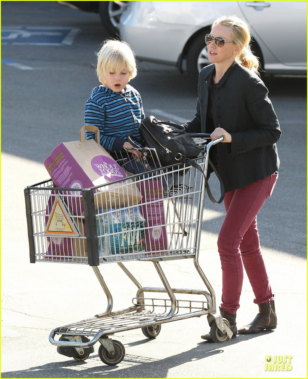 naomi watts grocery shopping with sasha 12