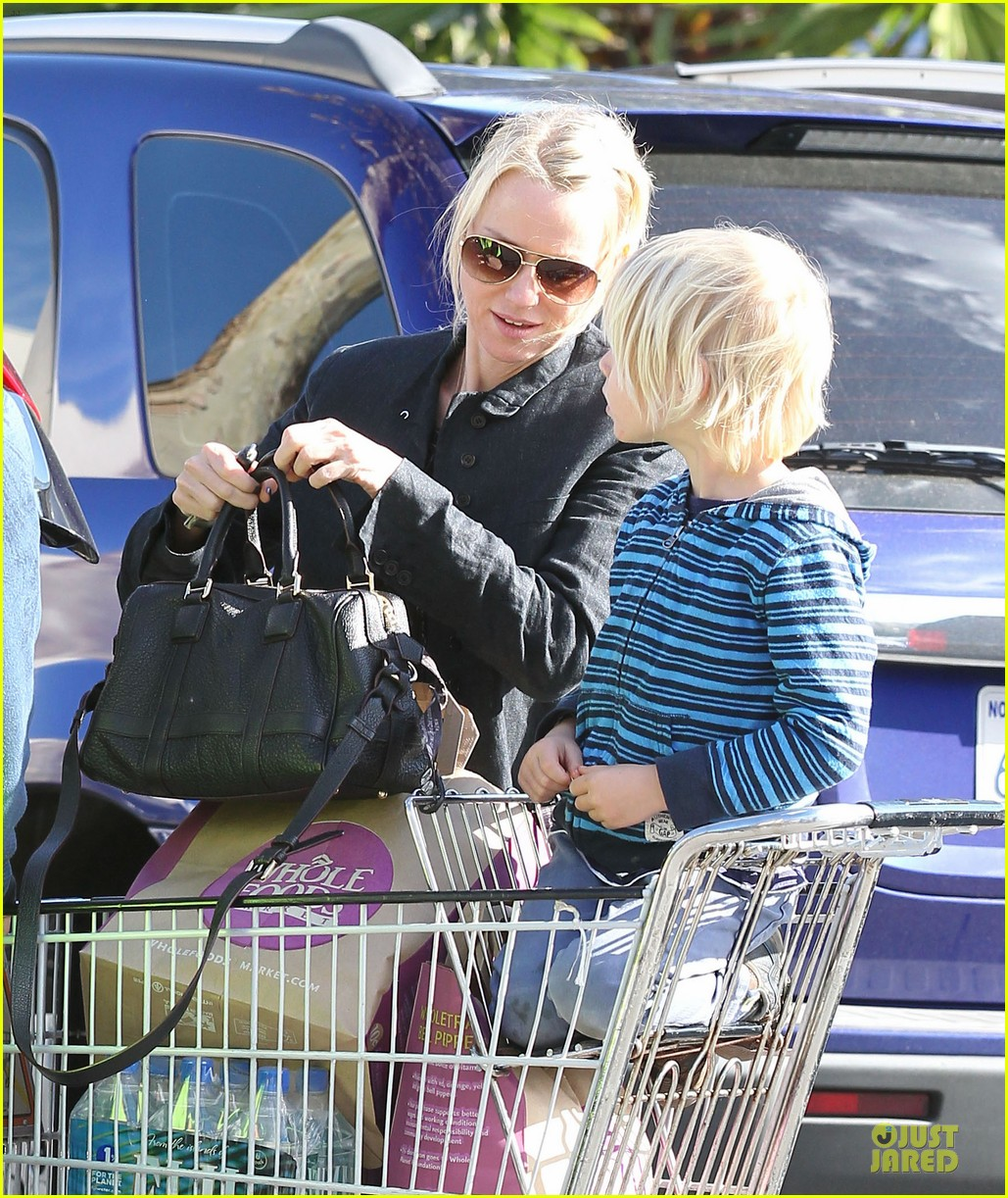 naomi watts grocery shopping with sasha 172800563