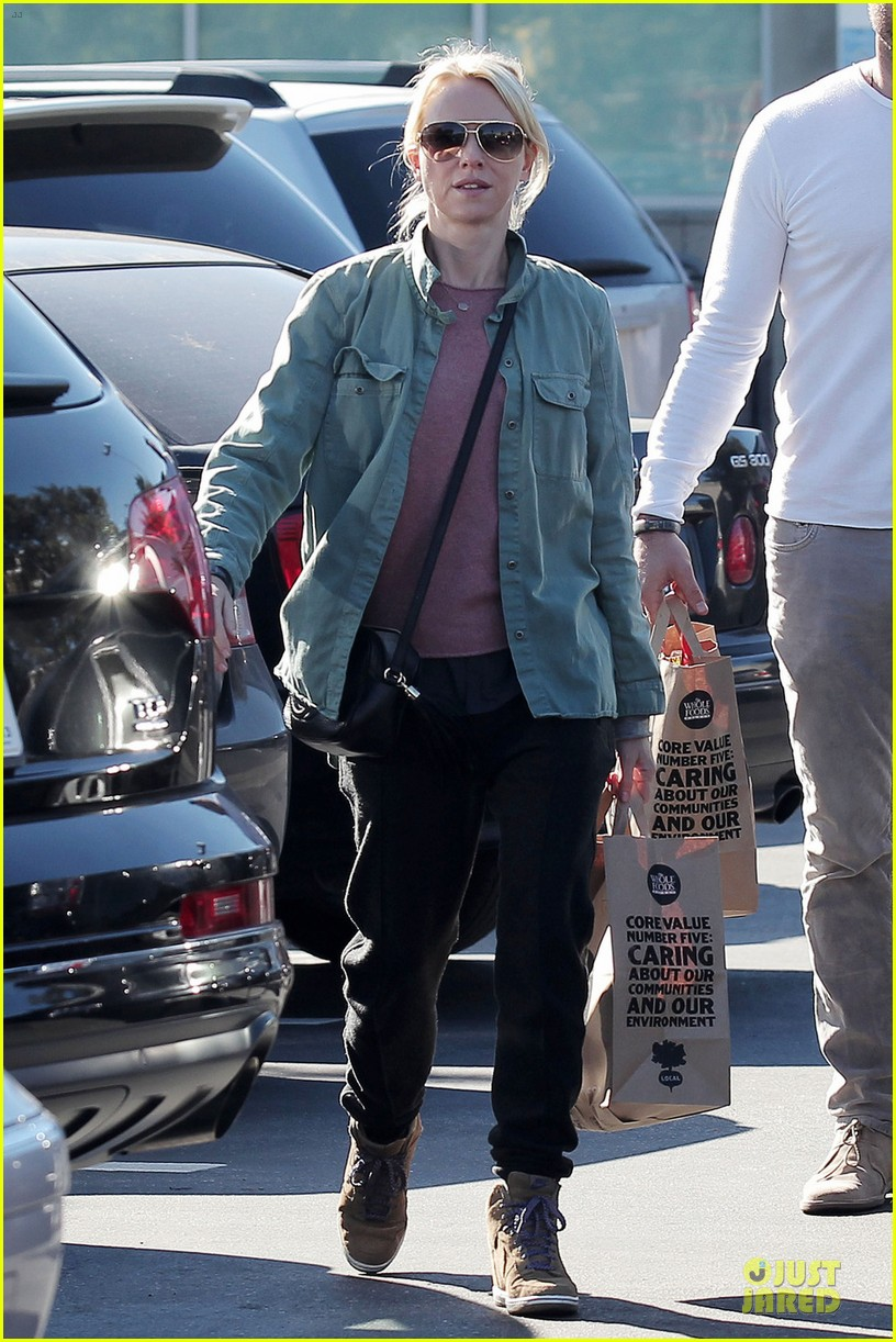 naomi watts liev schreiber post golden globes grocery run 01