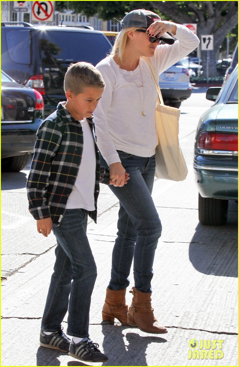 reese witherspoon sunday errands with deacon 132795864