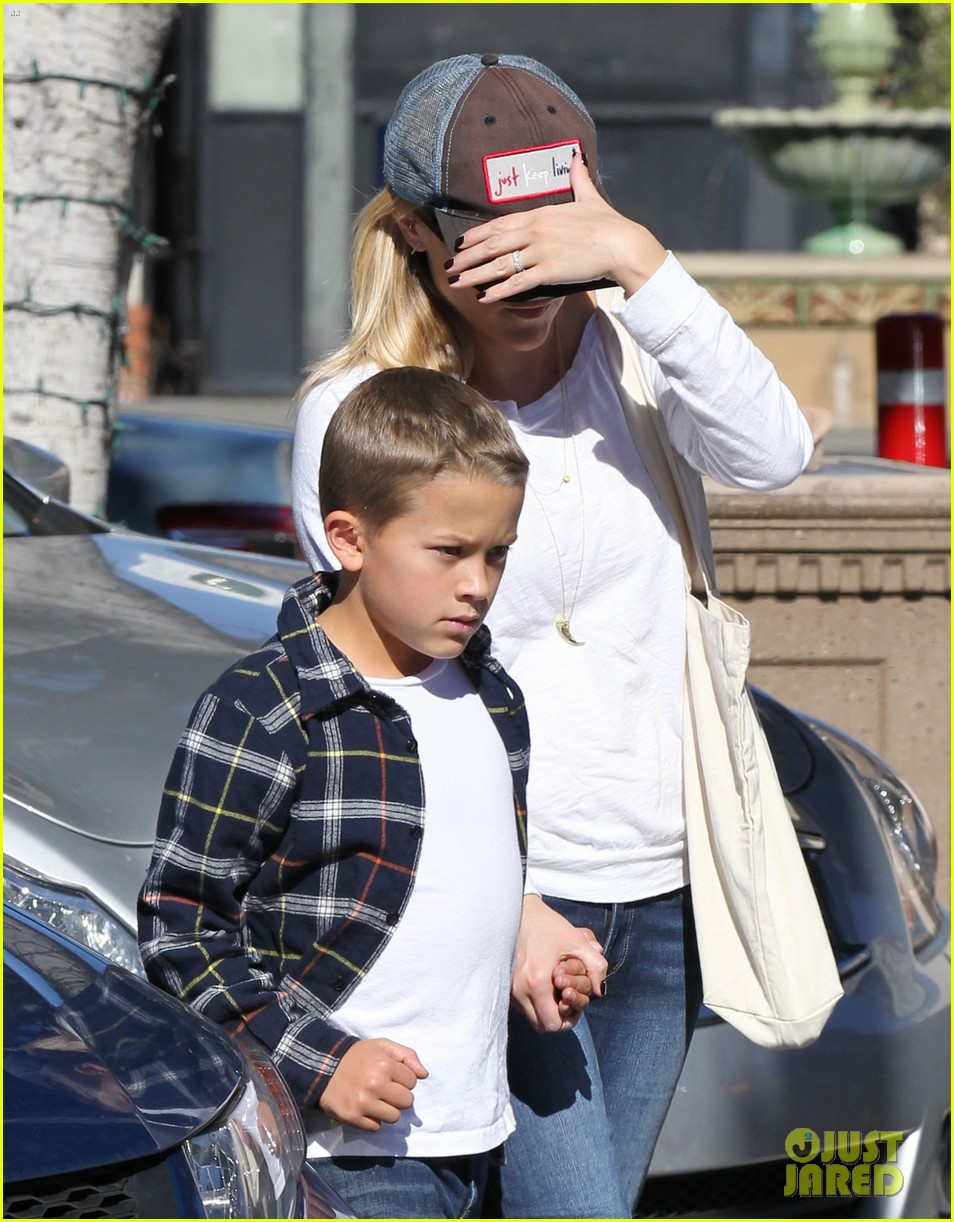 reese witherspoon sunday errands with deacon 14