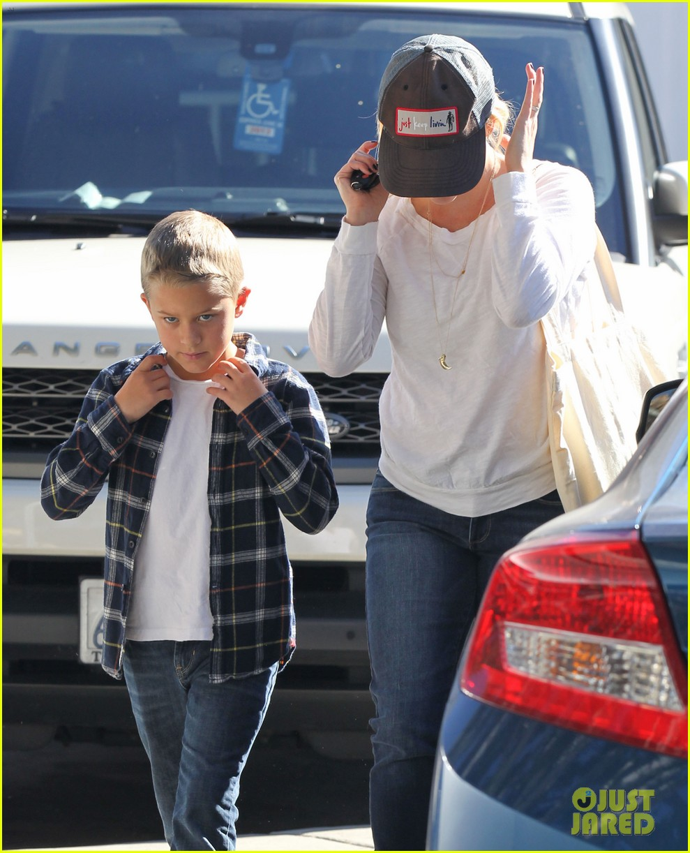 reese witherspoon sunday errands with deacon 15