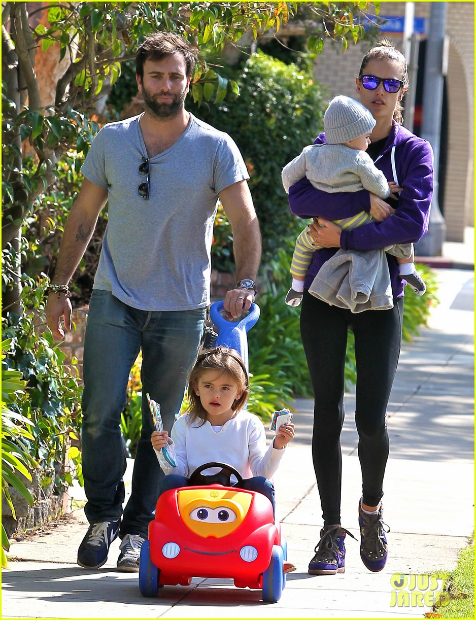 alessandra ambrosio park day with the family 102815157