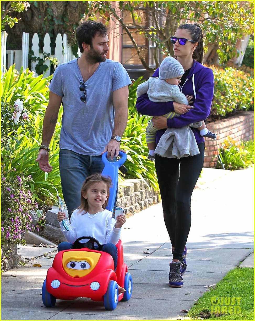 alessandra ambrosio park day with the family 13