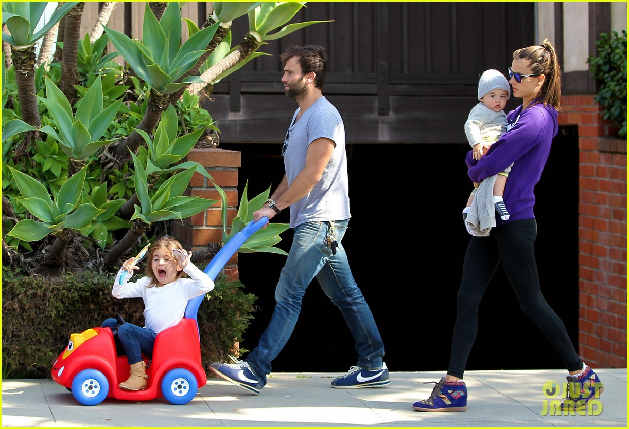 alessandra ambrosio park day with the family 20