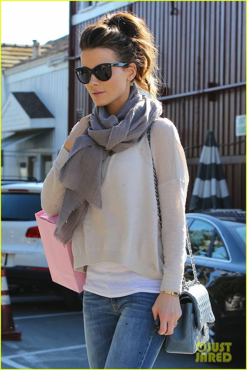 kate beckinsale calypso shopping stop 02