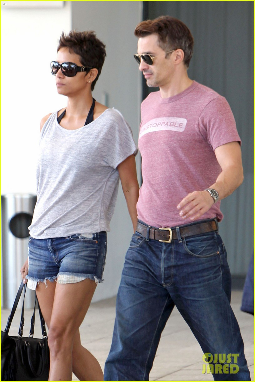 halle berry olivier martinez super bowl sunday outing 032804429