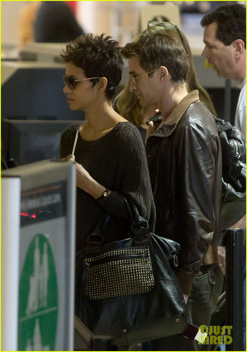 halle berry olivier martinez take flight in los angeles 04