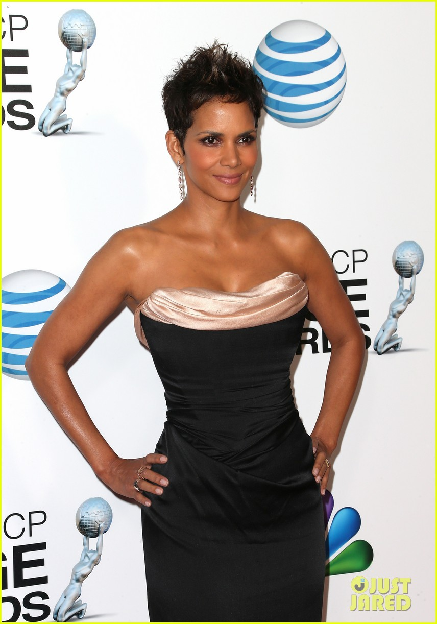 halle berry naacp image awards 2013 red carpet 06