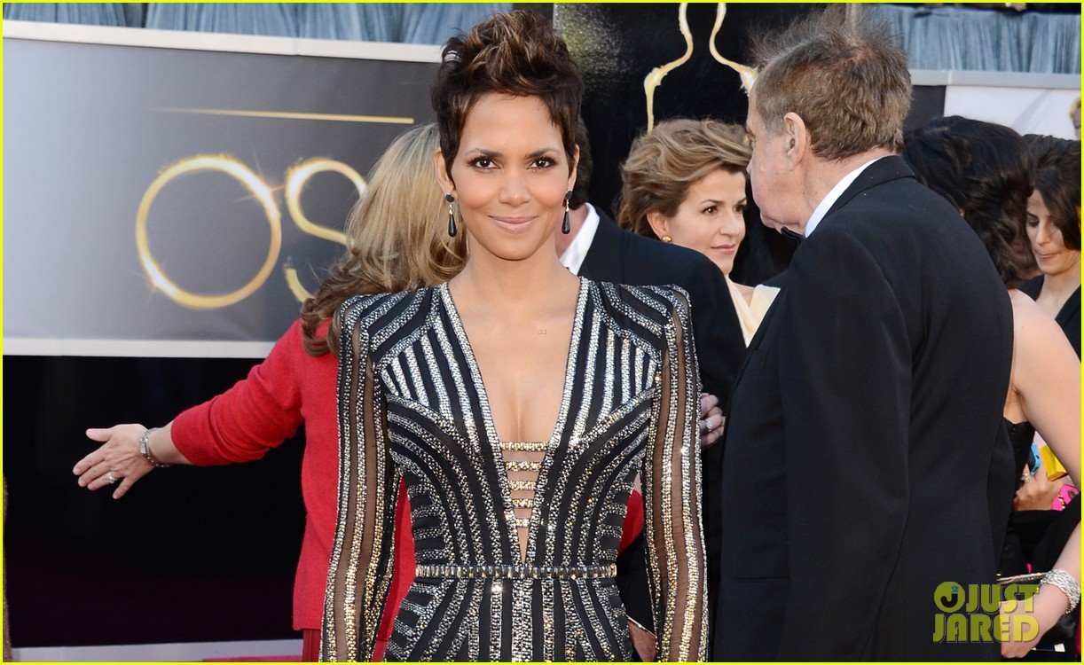 halle berry oscars 2013 red carpet 042819171