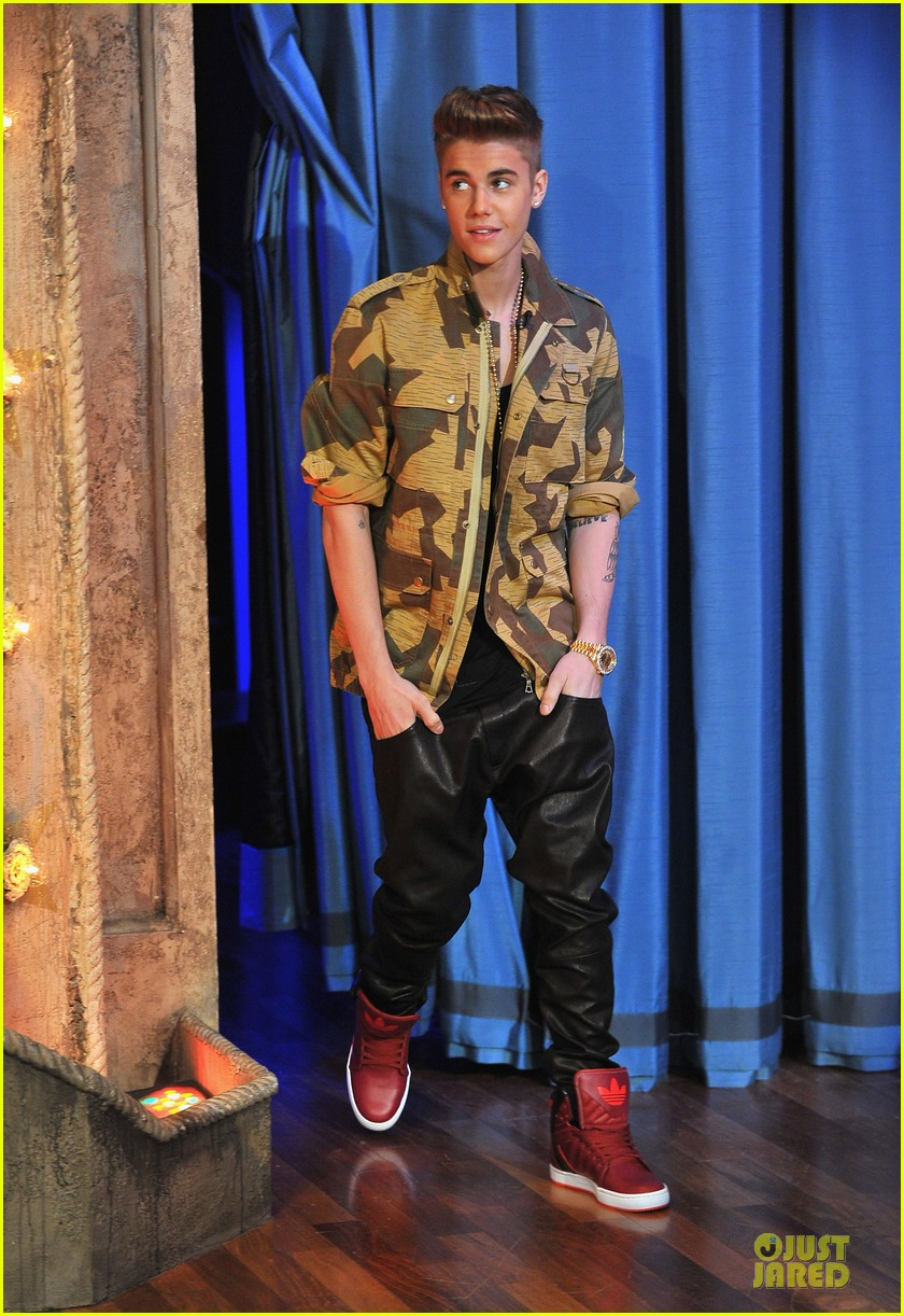 justin bieber abs flashing late night guest 01