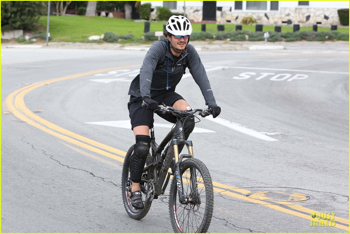 orlando bloom safety helmet on atladena bike ride 062803364