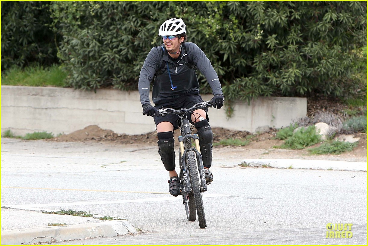 orlando bloom safety helmet on atladena bike ride 12