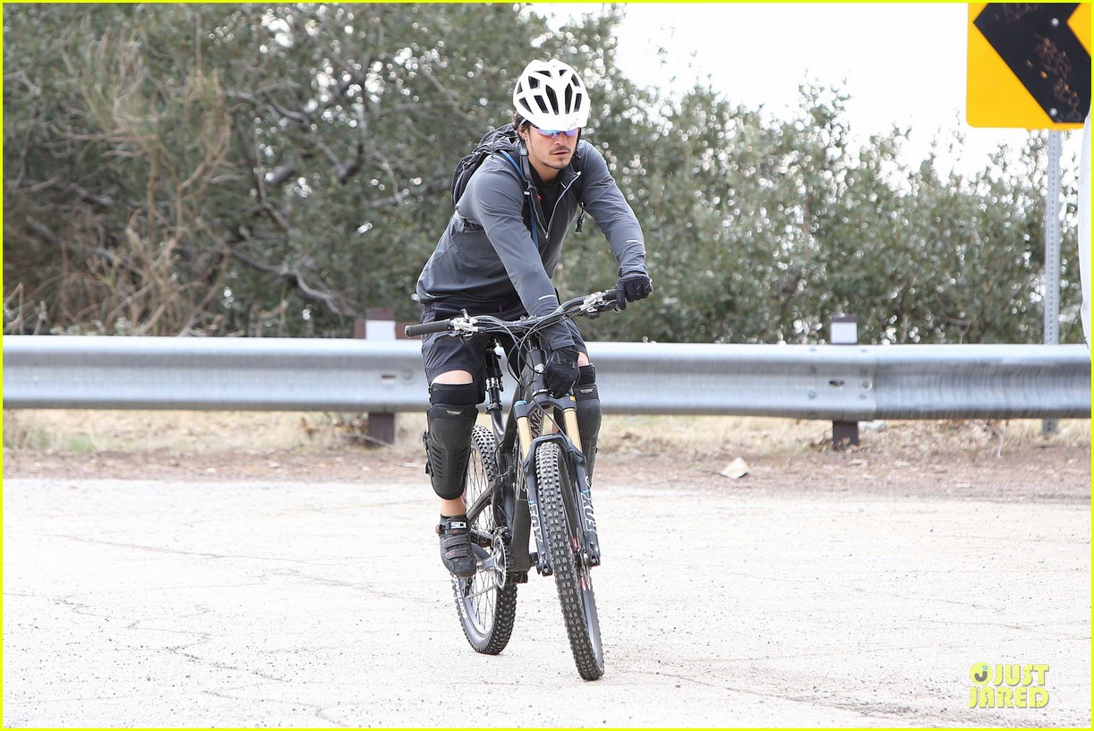 orlando bloom safety helmet on atladena bike ride 19