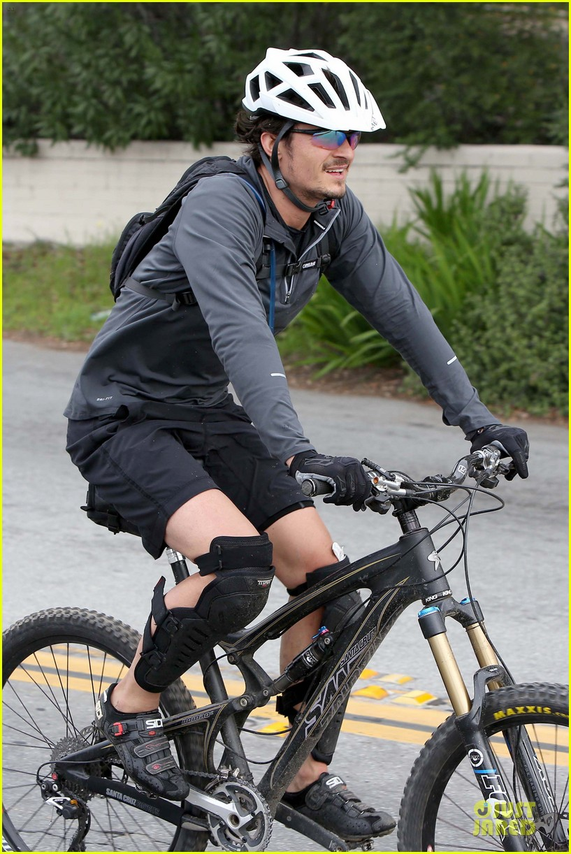 orlando bloom safety helmet on atladena bike ride 242803382