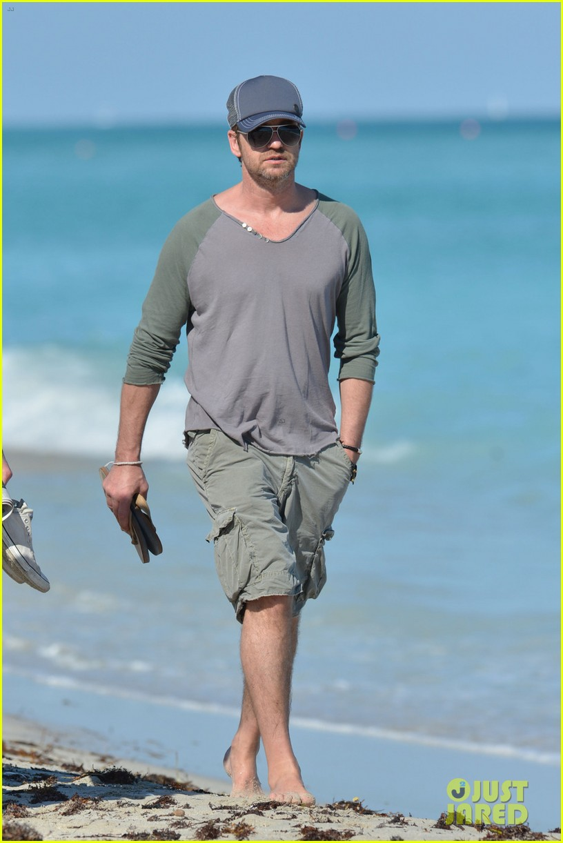 gerard butler miami beach stroll with friends 01