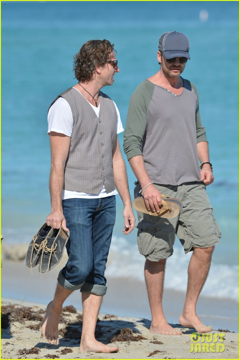 gerard butler miami beach stroll with friends 02
