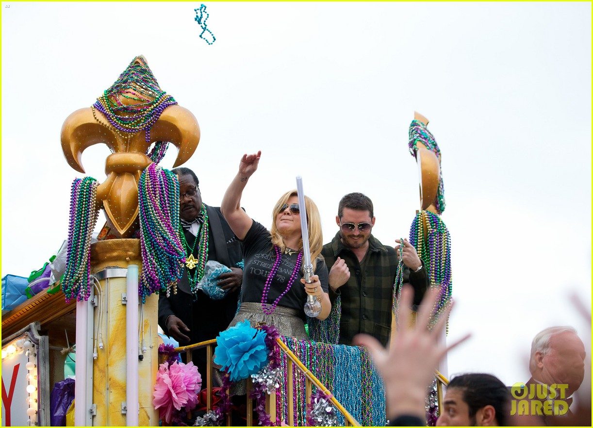 kelly clarkson mardi gras parade with brandon blackstock 07