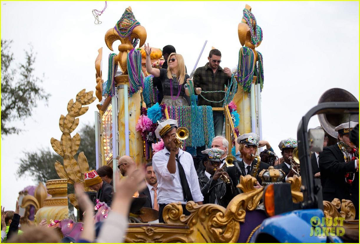 kelly clarkson mardi gras parade with brandon blackstock 122808462