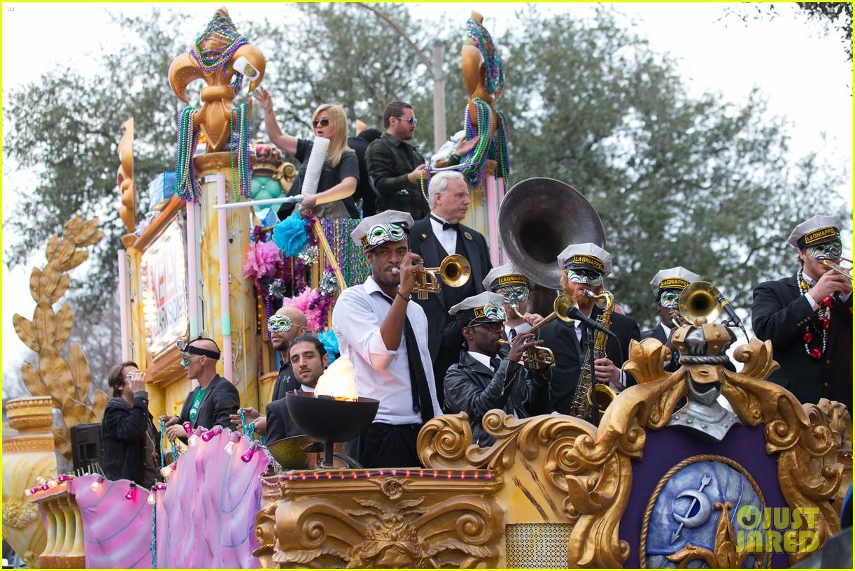 kelly clarkson mardi gras parade with brandon blackstock 152808465