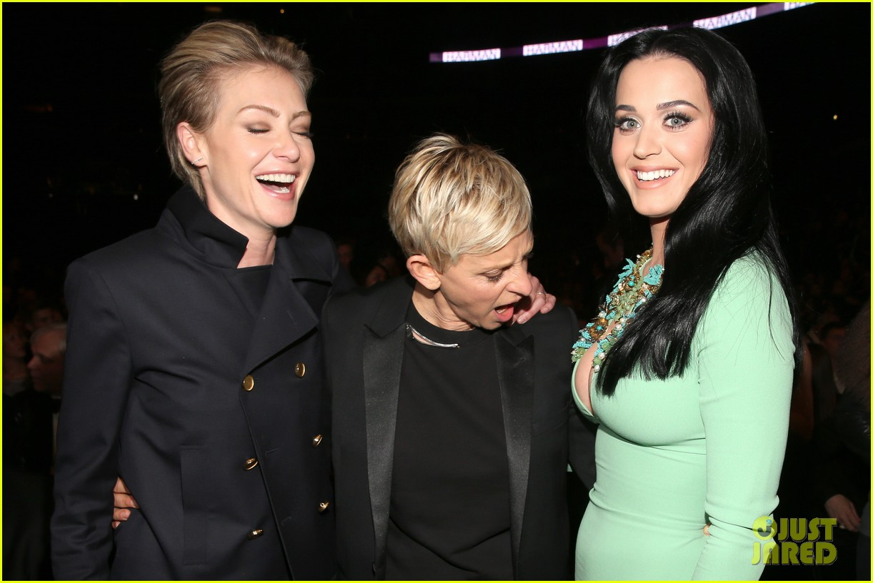 ellen degeneres peeps katy perrys boobs at grammys 2013 01