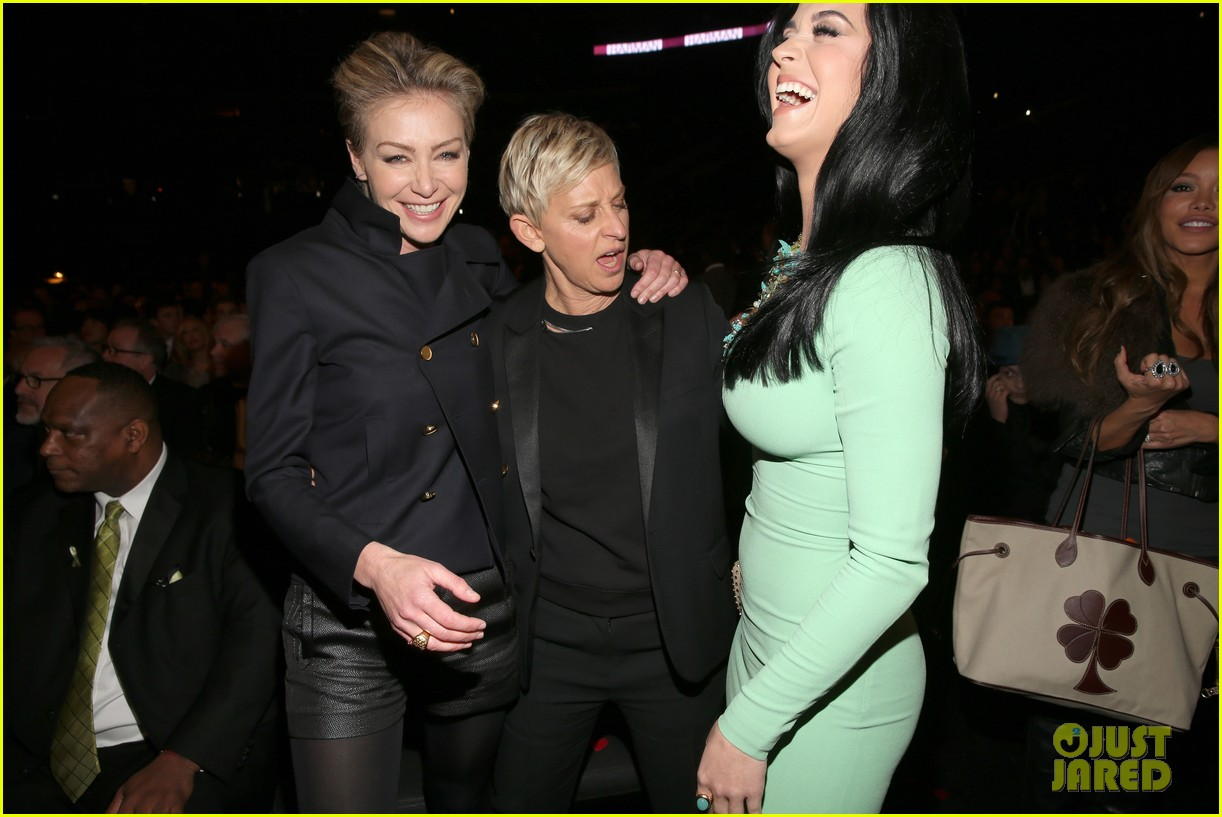ellen degeneres peeps katy perrys boobs at grammys 2013 03