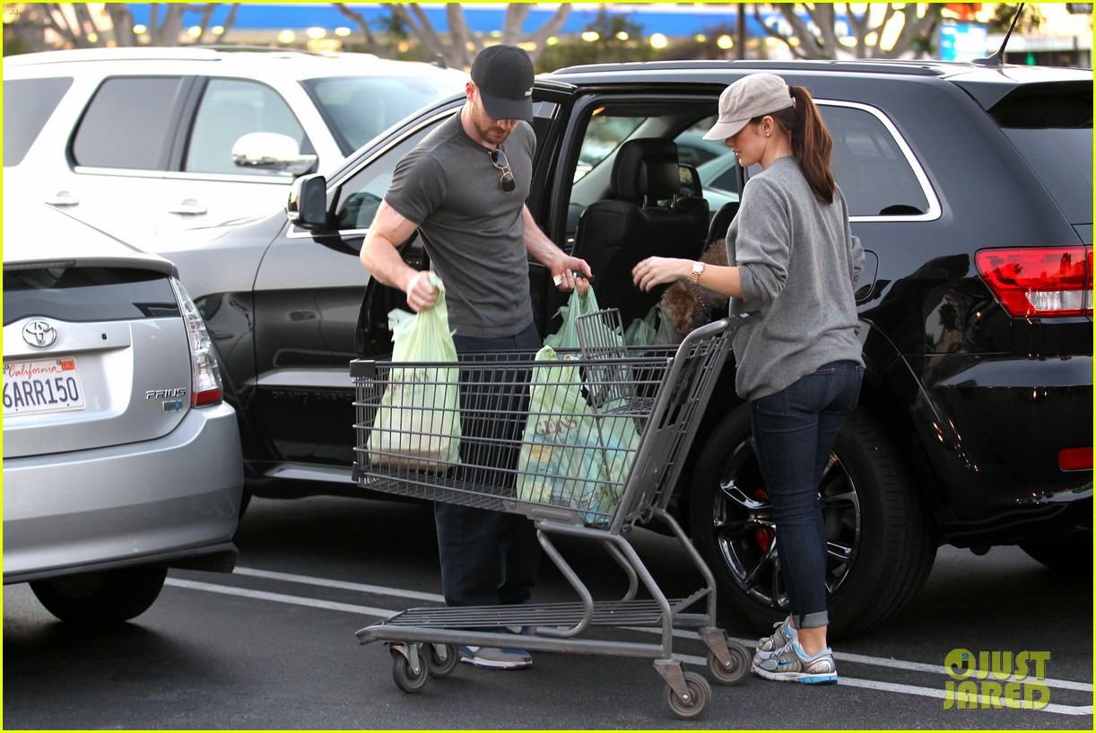 chris evans minka kelly valentines day grocery shopping 01