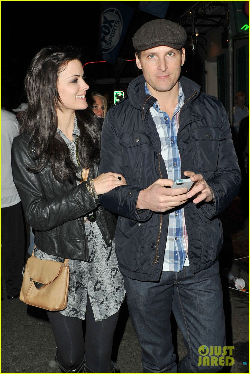 peter facinelli jaimie alexander super bowl kisses 02
