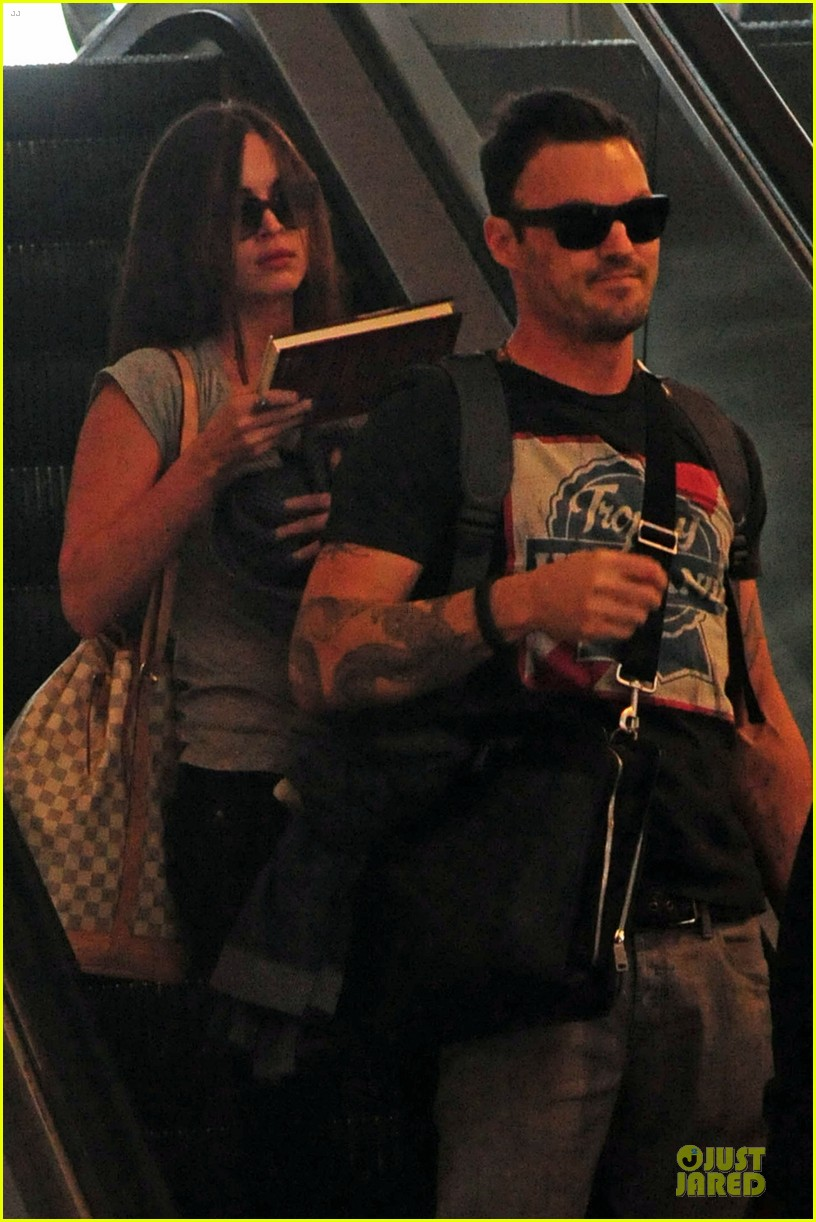 megan fox brian austin green book carrying lax departure 02