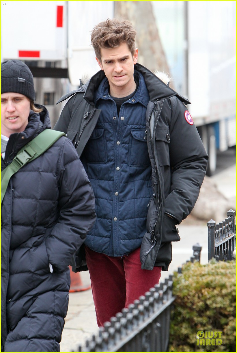 andrew garfield amazing spider man 2 set with motorcyclist shailene woodley 02