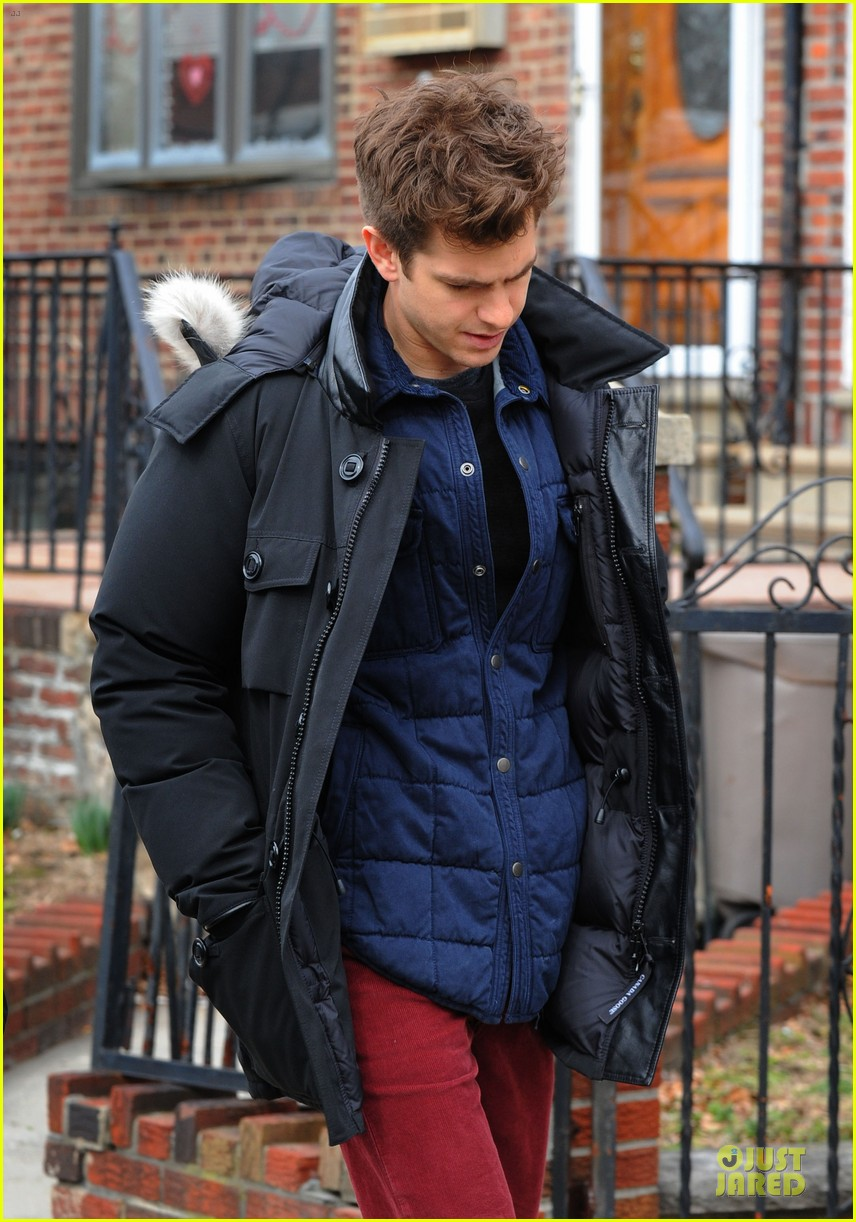 andrew garfield amazing spider man 2 set with motorcyclist shailene woodley 08