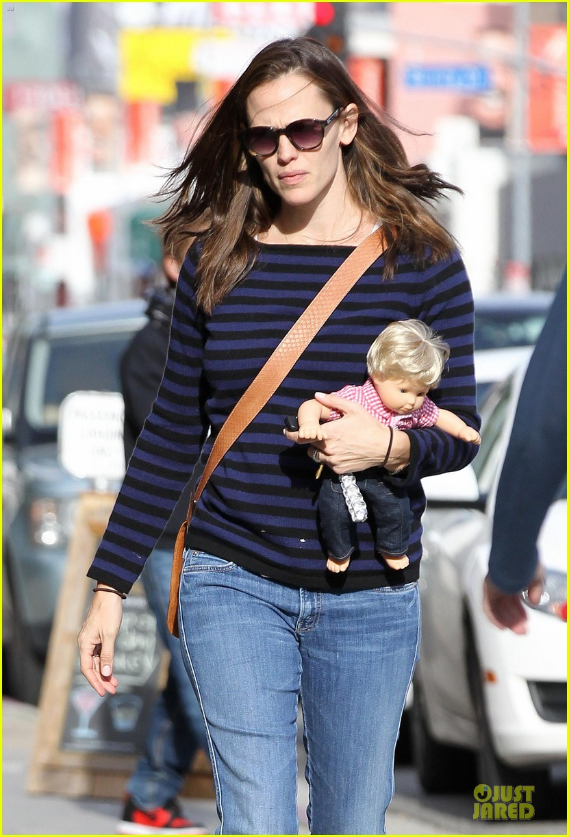 jennifer garner karate drop off with seraphina dolls 022803020
