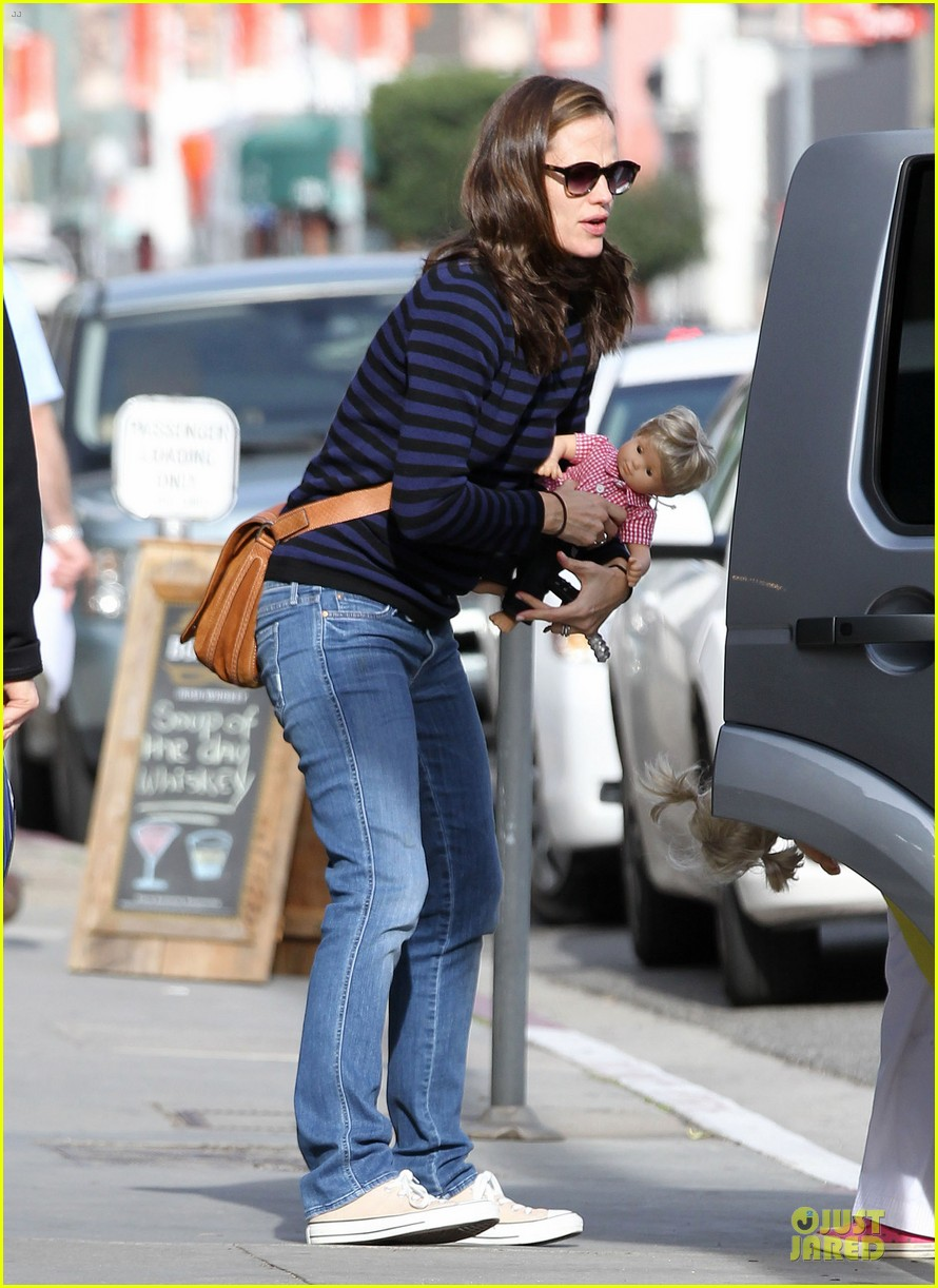jennifer garner karate drop off with seraphina dolls 06