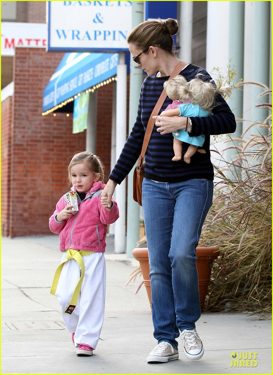 jennifer garner karate drop off with seraphina dolls 40