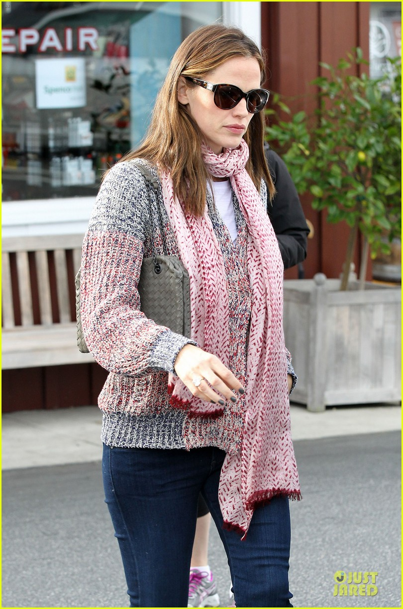 jennifer garner scarves shopping with sister susannah 19
