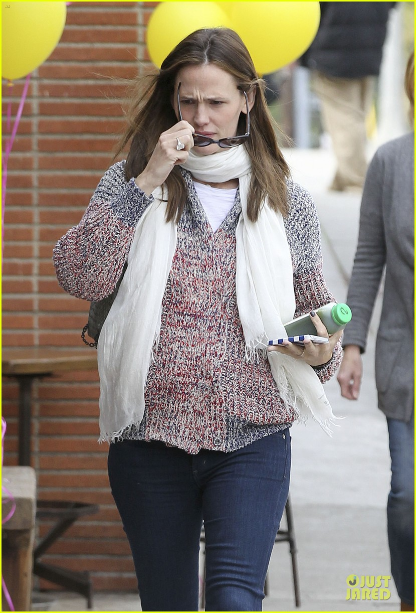 jennifer garner scarves shopping with sister susannah 37
