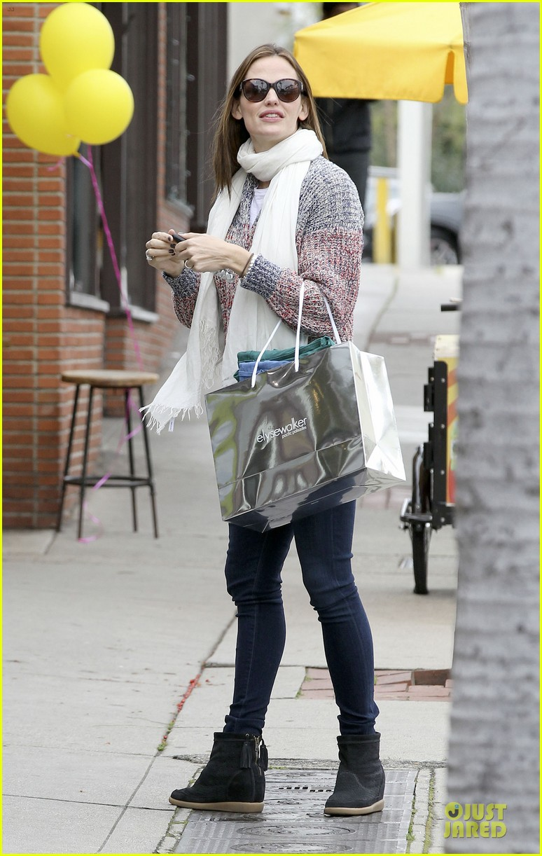 jennifer garner scarves shopping with sister susannah 39