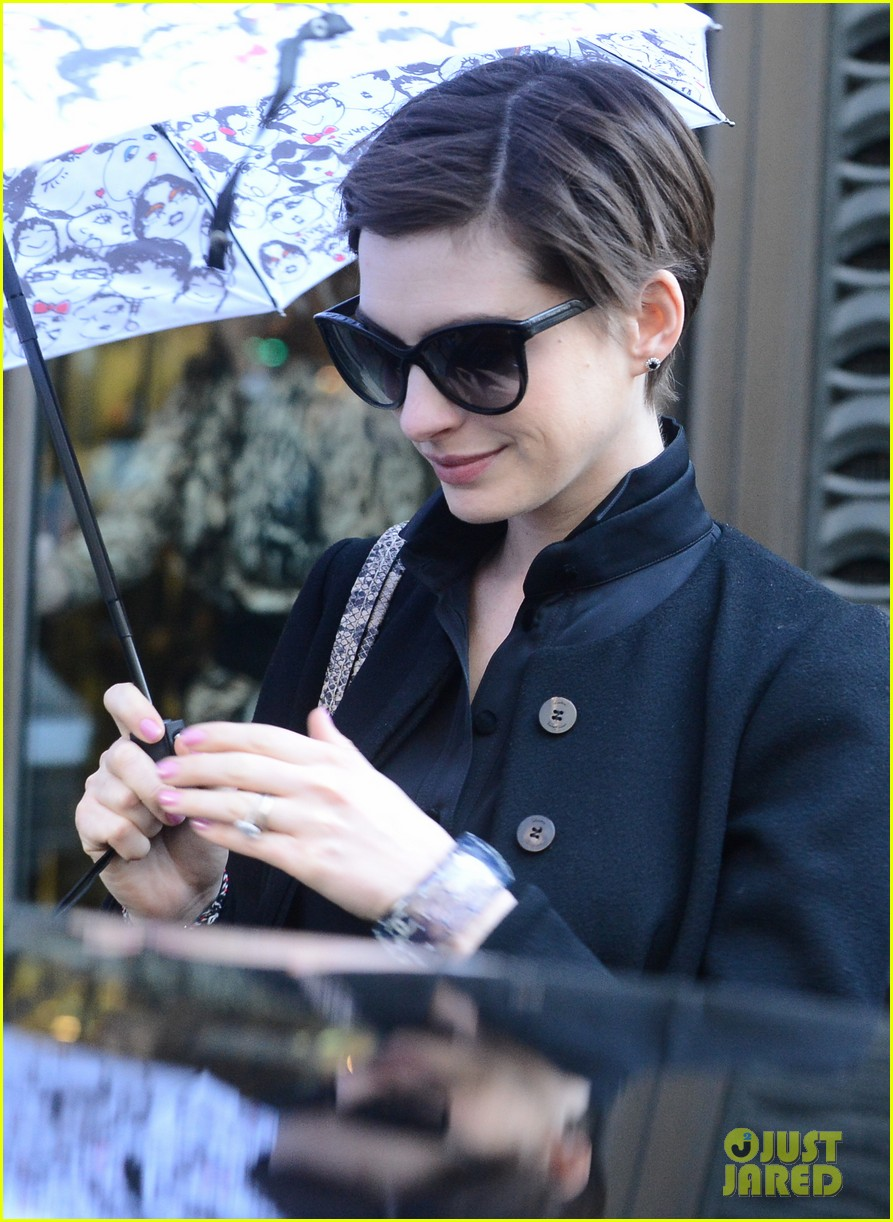 anne hathaway amanda seyfried berlinale festival bound 02