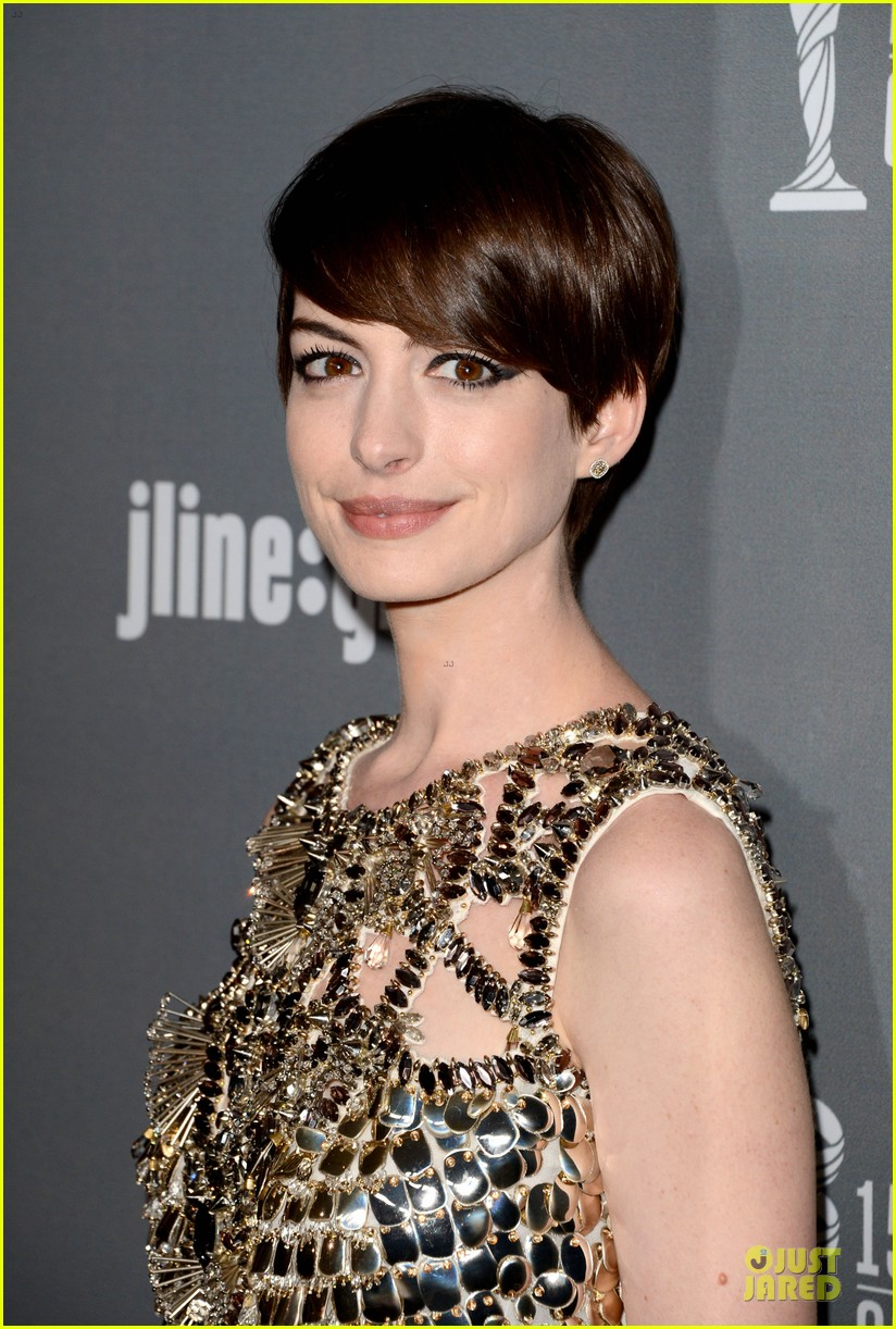 anne hathaway cdg awards 2013 red carpet 07